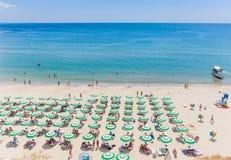 黑海岸,蓝色清楚的水,与沙子,伞的海滩 免版税库存图片