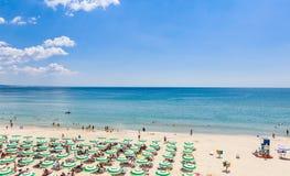 黑海岸,蓝色清楚的水,与沙子,伞的海滩 免版税库存照片