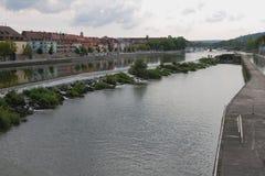 海峡、锁、河和城市 WÃ ¼ rzburg,巴伐利亚,德国 免版税库存图片