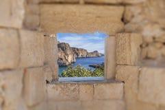 海峭壁和天际看法海上认为中世纪老的城堡 免版税库存图片