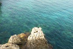 海峭壁地中海干净的大海 免版税库存图片