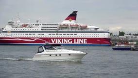海巡航轮渡`在赫尔辛基港的加布里埃拉`在一多云6月天 股票视频