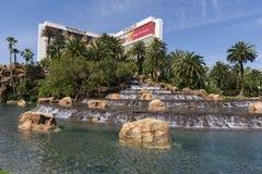 海市蜃楼旅馆和瀑布在拉斯维加斯 免版税库存照片
