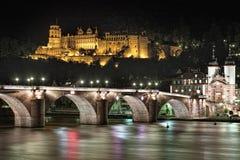 海得尔堡城堡和老桥梁夜视图在海得尔堡,德国 库存图片