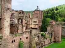 海得尔堡城堡被破坏的墙壁和塔 免版税库存照片