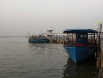 海得拉巴,印度- 2009年在Hussain Sagar湖的1月1日划船 库存照片