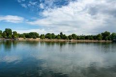 海德公园的蜒蜒湖在伦敦 免版税库存图片