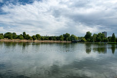 海德公园的蜒蜒湖在伦敦 免版税库存照片