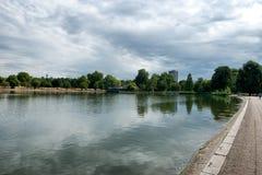 海德公园的蜒蜒湖在伦敦 库存照片