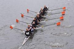 海怪妇女的乘员组在查尔斯赛船会妇女的主要Eights头赛跑  库存图片