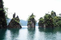 海或水坝视图的海岛 免版税图库摄影