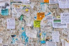 海报栏用纸通知填装了使用主要卖的公寓 库存照片