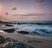 海挥动在海滩的冲击岩石,泰国 免版税库存照片