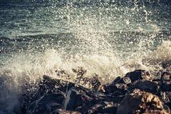 海敲打强的波浪在岩石的 免版税库存照片