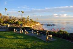海斯勒公园的观察长凳,拉古纳海滩,加利福尼亚。 免版税图库摄影