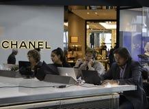 海斯罗机场-研究膝上型计算机的人们 免版税库存图片