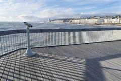 海斯廷斯码头、观察双筒望远镜、栏杆和装饰 库存图片