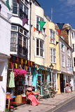 海斯廷斯,英国- 2011年7月31日:有五颜六色的房子的一条商业街在海斯廷斯老镇 图库摄影