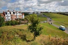 海斯廷斯,英国- 2017年7月23日:西方小山的看法与五颜六色的英王乔治一世至三世时期房子的在沿小修道院路的左边 免版税库存照片