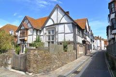 海斯廷斯,英国- 2015年6月28日:诸圣日街在有16世纪用木材建造被构筑的和中世纪房子的海斯廷斯老镇 库存图片