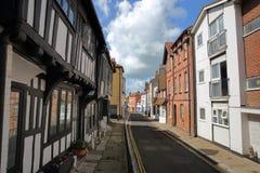 海斯廷斯,英国- 2017年7月22日:诸圣日街在有16世纪用木材建造被构筑的和中世纪房子的海斯廷斯老镇 免版税库存照片