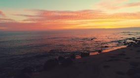 海日出和波纹波浪 与剧烈的cloudscape的美好的早晨在热带海滩 股票录像