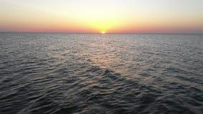 海日出清早 r 黑海日落 橙色天空和低潮 在日落的光芒的海波浪 在Th的日落 股票视频