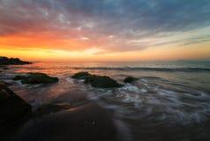 海日出,在岩石附近 免版税库存图片