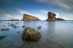 海日出,在船岩石附近 免版税库存图片