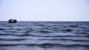 海日落和波浪 免版税库存照片