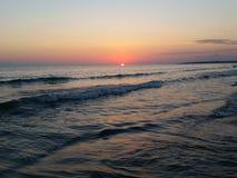 海日落美丽的黑沙子 免版税图库摄影