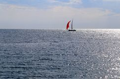 海明亮的美好的风景的照片与波浪和小船的 库存照片