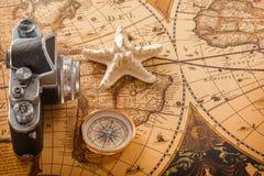 海星、指南针和一台老照相机在葡萄酒地图说谎 免版税库存图片