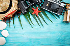 海星、海说谎在蓝色木背景的石头、棕榈叶和壳 有标签的一个地方 库存照片