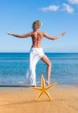 海星和少妇海滩的 免版税库存图片
