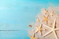 海星和贝壳在沙子暑假和旅行背景的 免版税库存图片