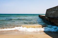 海是一个离开的春天海滩 免版税库存图片
