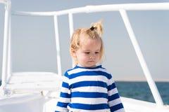海是他的职业 男婴享用假期游轮 儿童逗人喜爱的水手游艇晴天 男孩可爱的水手镶边 库存图片