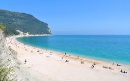 海景、天堂海滩和自然风景视图从西罗洛Conero,马尔什意大利 库存图片