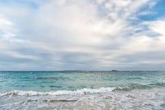 海景和天空与云彩,白色cloudscape 海在philipsburg, sint马尔滕的多云天空挥动 在加勒比的海滩假期, 免版税库存照片