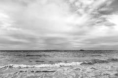海景和天空与云彩,白色cloudscape 海在philipsburg, sint马尔滕的多云天空挥动 海滩假期在 库存照片