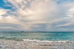 海景和天空与云彩,白色cloudscape 海在philipsburg, sint马尔滕的多云天空挥动 海滩假期在 免版税图库摄影