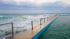 海景和游泳池@卷毛卷毛海滩,悉尼澳大利亚 库存图片