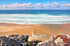 海景和蓝色葡萄牙的通知海岸。 库存照片