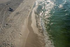 海景在空的海滩的草椅 图库摄影