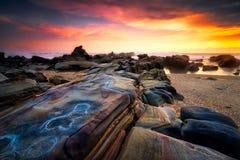 海景在Sawarna海滩,万丹省,印度尼西亚的日落风景 免版税图库摄影