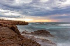 海景安娜在早晨日出天空的海湾海滩 库存照片