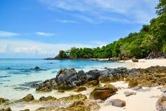 海景或海景和岩石在海滩 免版税库存图片