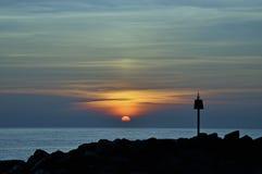 海景日落在海的lymington milford 免版税库存图片