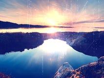 海景日落的概念或与富有的反射的日出背景在水池 太阳垂悬在接近海的天际或 免版税图库摄影